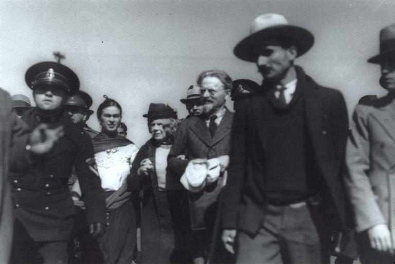 León Trotski y Natalia Sedova, a su llegada a México en 1937, donde los recibió Frida Kahlo, a la derecha de la pareja.