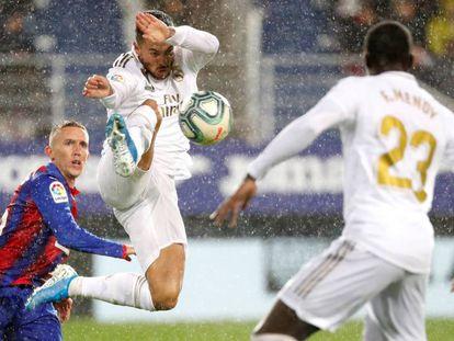 Hazard controla el balón con De Blasis detrás.