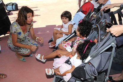 La consejera de Educación, Lucía Figar, en la fotografía junto a unas niñas, visitó ayer uno de los 21 nuevos centros públicos que la Comunidad de Madrid pondrá en marcha el curso que viene, en este caso el colegio Cortes de Cádiz, levantado en el PAU de Sanchinarro.