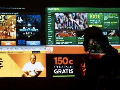 Una persona mira una pantalla con varias web de apuestas 'online'.