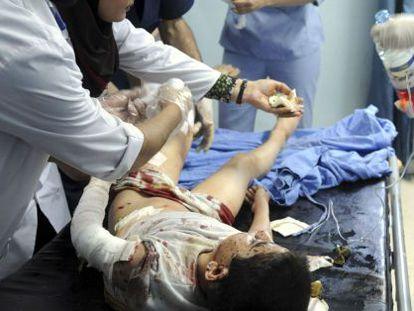 Un médico atiende a uno de los heridos en el ataque de Damasco.