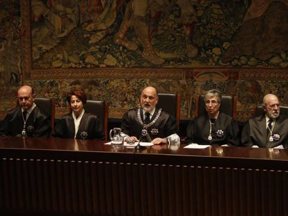 El expresidente del Tribunal Constitucional, Francisco Pérez de los Cobos, en el centro, en una foto de archivo.