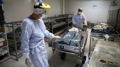 Personal sanitario traslada a una víctima de covid en el hospital Nossa Senhora da Conceicao, en Porto Alegre (Brasil).