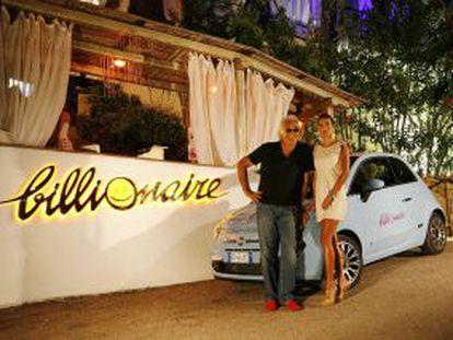 Flavio Briatore y su esposa, Elisabeta Gregoraci, a las puertas del club Billionaire de Porto Cervo, en Cerdeña (Italia).