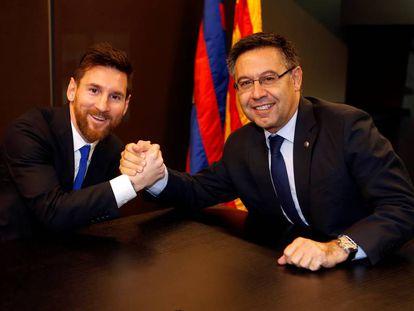 Messi y Bartomeu, durante la renovación del jugador.