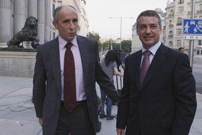 Josu Erkoreka e Iñigo Urkullu, portavoz y líder del PNV, a las puertas del Congreso.