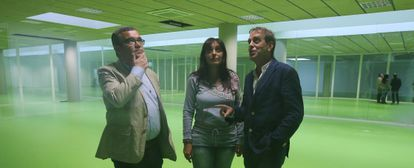 El alcalde de Arganda del Rey, Guillermo Hita (PSOE), en la zona sin uso descubierta en la planta inferior del polideportivo junto a los concejales Alicia Amieba y Jorge Canto, ambos de IU.