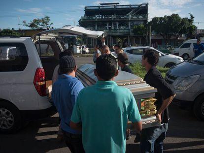 Féretro con los restos de una de las personas que murió calcinada en un barrio de Managua durante las protestas contra Ortega.
