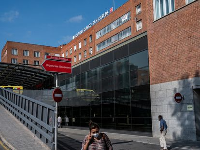 Entrada del Hospital Clínico San Carlos, en 2020.