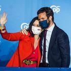 La presidenta de la Comunidad de Madrid y candidata por el Partido Popular a la reelección, Isabel Díaz Ayuso, acompañada por el presidente del partido Pablo Casado, este martes en la sede del partido en la calle Génova, tras conocer los primeros resultados electorales tras los comicios autonómicos madrileños.