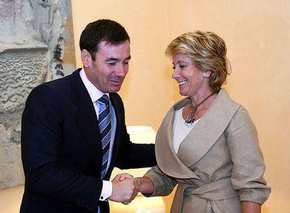 Aguirre y Gómez se saludan al inicio de la entrevista, en una imagen proporcionada por la Comunidad.
