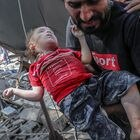 Gaza (---), 16/05/2021.- A Palestinian father carries his dead daughter from the rubble of a destroyed house after an Israeli air strike in Gaza City, 16 May 2021. A total of 174 people have been killed in Israeli raids on Gaza, including 47 children and 29 women, the Palestinian Ministry of Health said on Sunday. In response violent confrontations between Israeli security forces and Palestinians in Jerusalem, various Palestinian militant factions in Gaza launched rocket attacks on Israel since 10 May, resulting in retaliatory strikes by Israel on Gaza. (Atentado, Estados Unidos, Jerusalén) EFE/EPA/HAITHAM IMAD ATTENTION EDITORS: GRAPHIC CONTENT