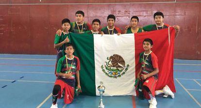 El equipo triqui, tras vencer el campeonato