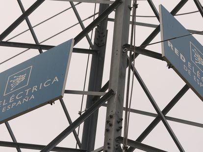 Logo de REE en una torre del tendido eléctrico.