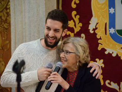 El humorista acompaña a la alcaldesa de Madrid en la copa de Navidad del Ayuntamiento