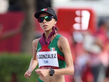 Alegna González compite en la competencia de caminata de 20 km en los Juegos Olímpicos de Tokio 2020.