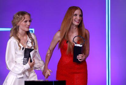 Las actrices Jessica Chastain (derecha) y Flora Ofelia tras recibir la Concha de Plata exaequo.