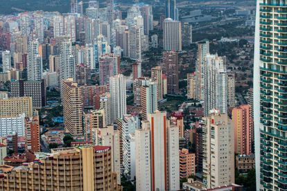 Torres de edificios con hoteles y apartamentos en Benidorm