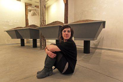 Paula Rubio Infante en la galería Formato Comodo (calle de Lope de Vega, 5) junto a su última obra: <i>come mierda</i>.