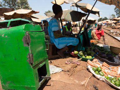 Un deshidratador de frutas y verduras, junto a un puesto de alimentos en Kampala (Uganda).