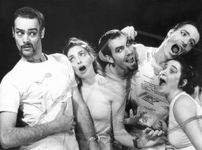La compañía de teatro El Montacargas, que cumple 25 años en activo, en uno de sus primeros montajes.