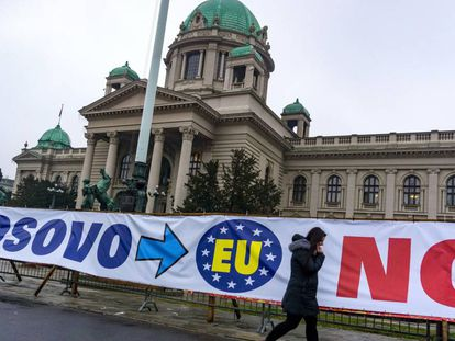 Un cartel sobre la entrada de Kosovo en la UE, en febrero de 2018 en Belgrado.