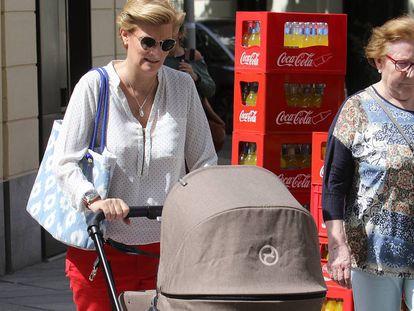María Zurita, empujando el coche de su bebé.