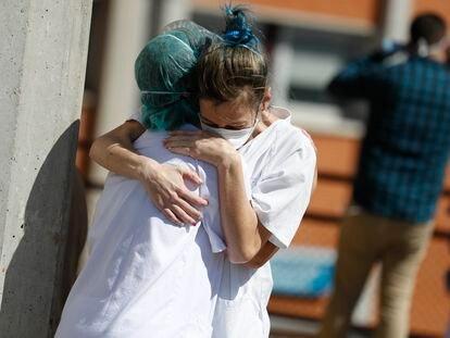 Dos sanitarias se abrazan en el hospital Severo Ochoa de Leganés.
