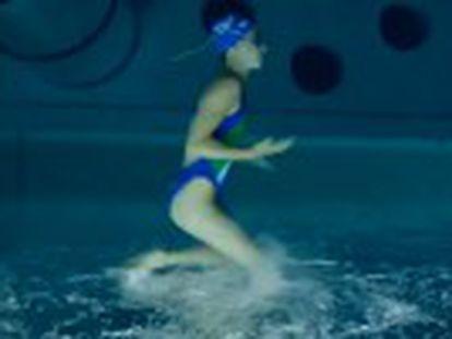 Una cámara sumergida en el agua y del revés muestra los movimientos de las nadadoras como si no hubiera agua