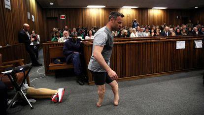 Durante una de las jornadas del juicio, el atleta se tuvo que quitar las dos prótesis que lleva en las piernas para mostrar al jurado cómo caminó sin ellas la noche en la que murió Reeva Steenkamp.