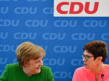 La canciller alemana, Angela Merkel (izquierda) y la primera ministra del Estado del Sarre, Annegret Kramp-Karrenbauer, antes de comenzar la reunión de la ejecutiva de la CDU este lunes.