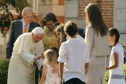 El Papa saluda a la familia real en la Zarzuela.