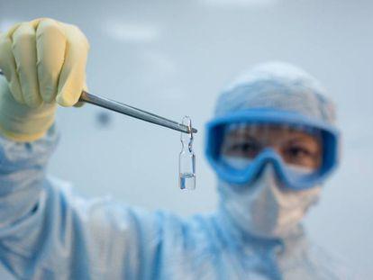 Una investigadora sostiene una dosis de la vacuna experimental rusa Sputnik V.