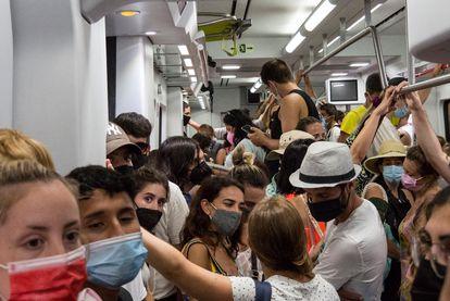 Pasajeros amontonados en un vagón de un tren de la L1 de Rodalies, este domingo.
