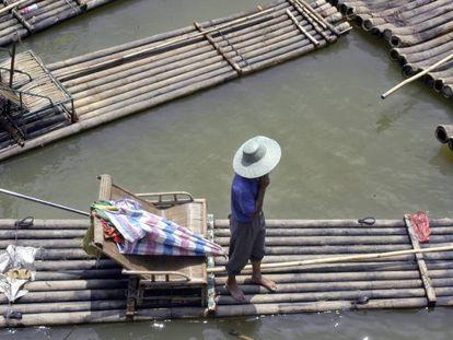 Barcazas de bambú surcan el río Li en la provincia de Guangxi, al sur de China.