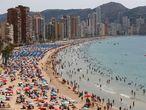 GRAFCVA7300. BENIDORM (ALICANTE), 23/07/2021.- Cientos de turistas disfrutan de la playa de Levante de Benidorm, este viernes de cielos despejados y máximas en aumento. EFE/ Manuel Lorenzo