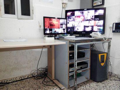 Instalaciones de la sala de vigilancia del Centro de Internamiento de Extranjeros (CIE) de Algeciras.