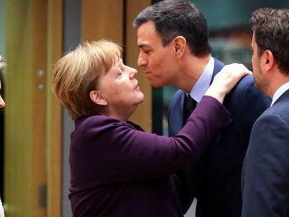 La canciller alemana, Angela Merkel, saluda al presidente de España, Pedro Sánchez, junto a la presidenta de la Comisión Europea, Ursula von der Leyen, y al primer ministro de Luxemburgo, Xavier Bettel, el 20  de febrero en Bruselas.