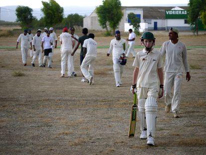 Jugadores de críquet de Madrid tras finalizar un partido en la cancha improvisada de Sonseca (Toledo), hace unos años.