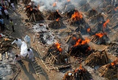 Cremación masiva de cuerpos de fallecidos por la covid, en Nueva Delhi, el 26 de abril.