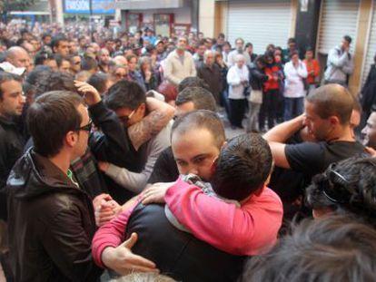 Un momento de la emotiva concentración que los amigos de Íñigo Cabacas han convocado en el lugar de los disturbios