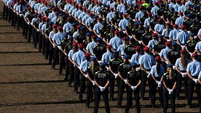 Los Mossos d'Esquadra y la policía local de la 34 promoción durante la ceremonia de entrega de diplomas.