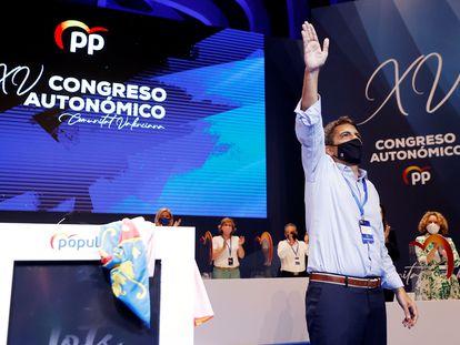 El recién elegido presidente del PP valencia, Carlos Mazón, saluda tras su designación durante el décimo quinto Congreso del Partido Popular de la Comunitat Valenciana (PPCV).