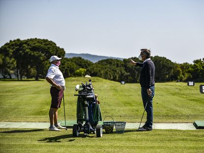 Un jugador atiende las indicaciones del instructor de golf del Club Golf d'Aro.