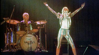 David Bowie interpretando 'Ziggy Stardust' en 1973 en Los Angeles, California.
