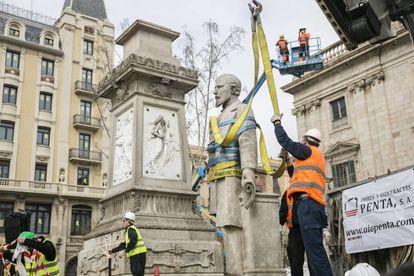 El Ayuntamiento de Ada Colau retira la estatua de Antonio López.