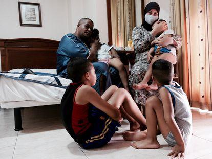 Mimoun y su familia se hospedan en un hostal tras ser desahuciados de su vivienda en Melilla el 30 de agosto de 2021.