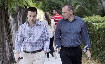 El primer ministro griego, Tsipras, junto al ministro de Economía, Varoufakis, el sábado en Atenas.