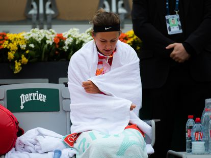 Azarenka se protege con una toalla durante su partido contra Kovinic en París.