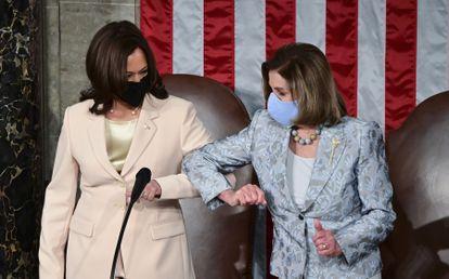 Kamala Harris, vicepresidenta de EE UU, saluda a Nancy Pelosi, presidenta de la Cámara de Representantes, este miércoles.